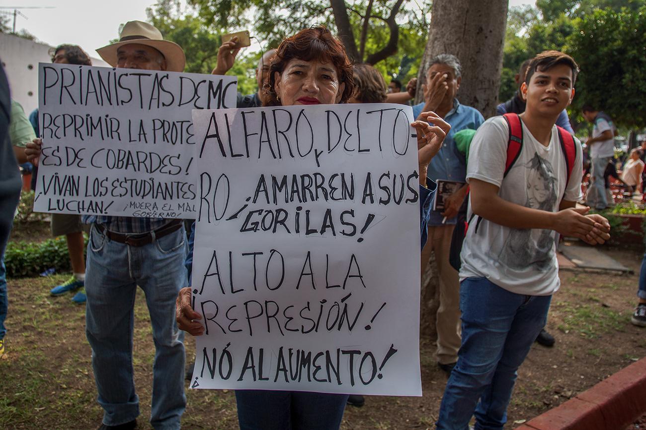 """Por tercer día consecutivo en Guadalajara se manifiestan contra """"Alfaro represor"""" por alza al transporte público (Jalisco)"""