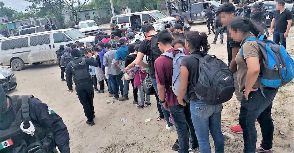 Desalojan del puente de Nuevo Laredo a solicitantes de asilo retornados de EU