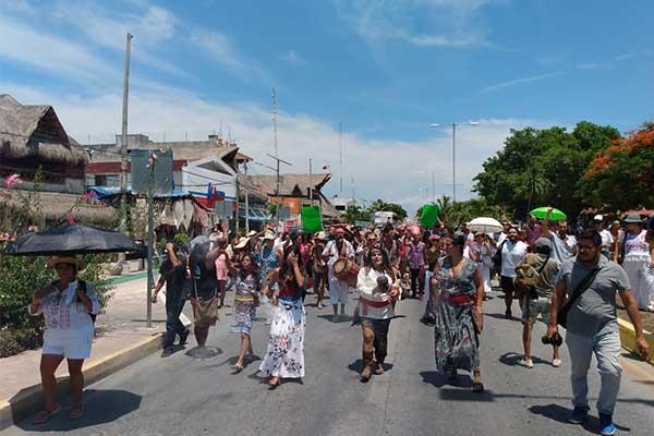Pacífica marcha en pro defensa del Santuario de la Tortuga Marina Xcacel-Xcacelito.(Quintana Roo)
