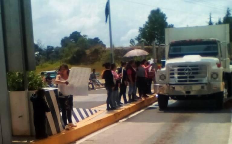Padres de familia liberan la caseta Tenango-Ixtapan; exigen la reconstrucción de escuelas (Estado de México)