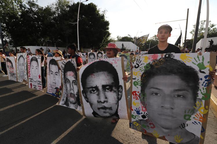 Alzan la voz por los 43 en Guadalajara