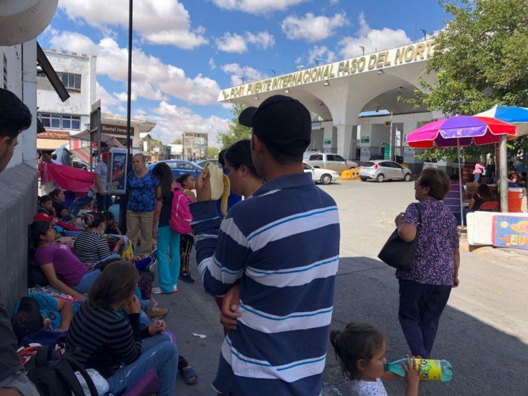 Oleada de desplazados huyen de México por Ciudad Juárez (Chihuahua)