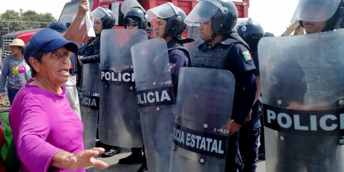 Llegan máquinas y policías al río Metlapanapa (Puebla)