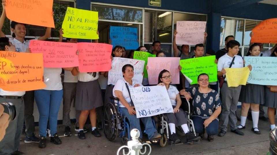 Emprenden manifestación en CAED para evitar recorte de docentes (Sinaloa)