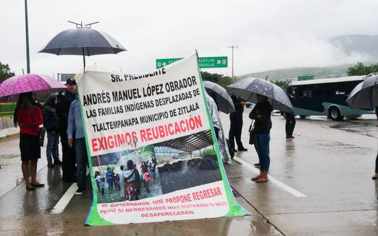 Desplazados de Leonardo Bravo y Zitlala, bloquearon la Autopista del Sol (Guerrero)