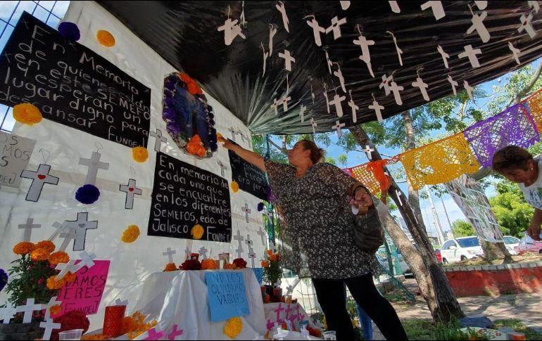 Familias de desaparecidos instalan altar por cuerpos en Semefo