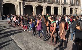 """Mujeres realizan performance """"Un violador en tu camino"""" en Toluca (Estado de México)"""
