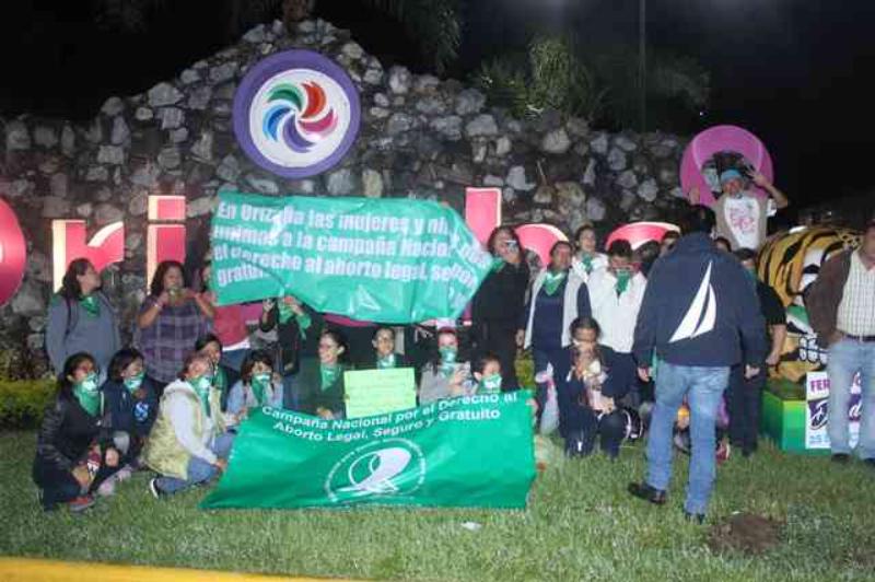 """Activistas realizan """"pañuelazo"""" a favor de la legalización del aborto, en Orizaba"""
