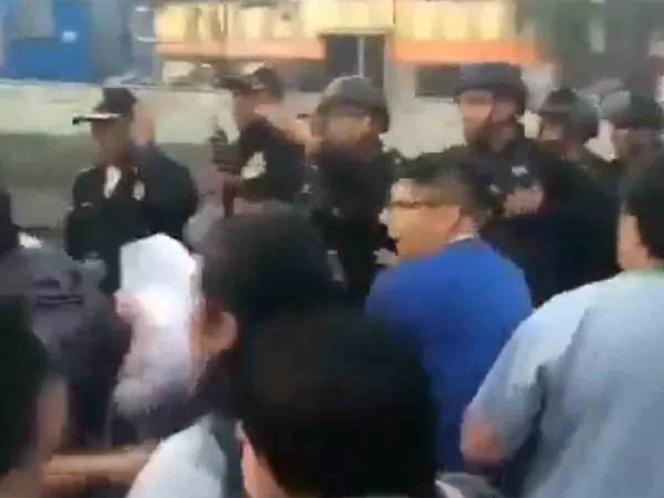 Trabajadores del ISSSTE riñen con policías en bloqueo de Zaragoza (Ciudad de México)