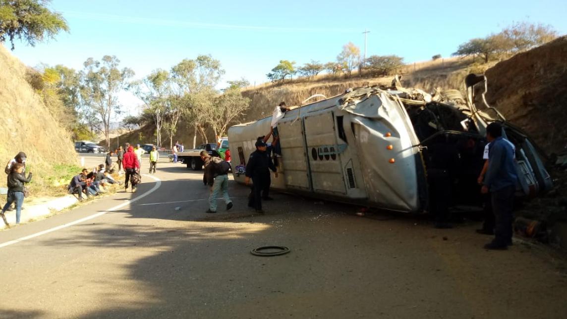 Dos muertos y 40 lesionados tras accidente de autobús que se quedó sin frenos en Oaxaca