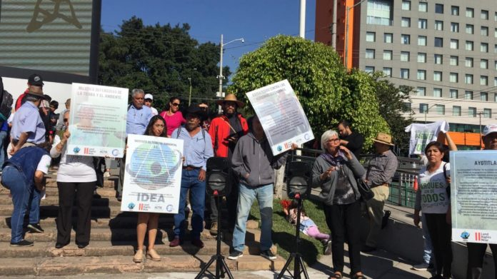 Colectivos ambientalistas y vecinos de diversas colonias se manifiestan fuera de FIL (Jalisco)