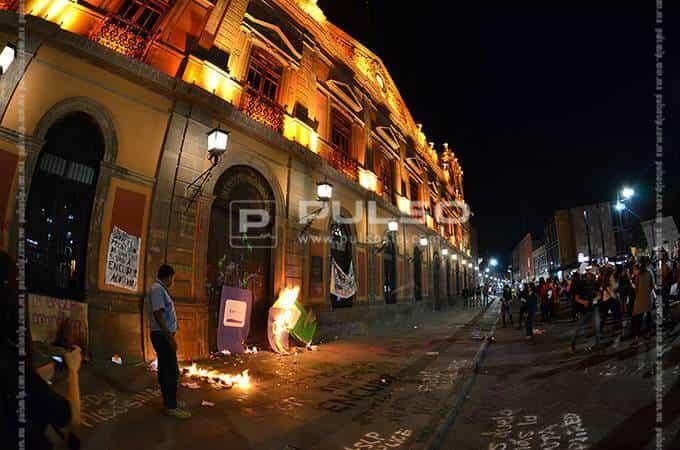 Feministas echan fuego a puerta de edificio de UASLP