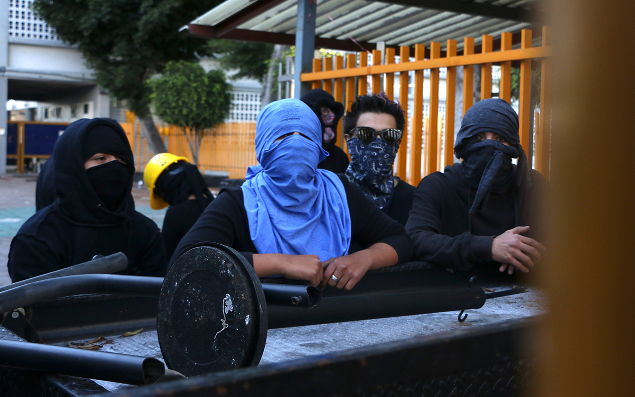 Alumnos chocan en intento de ingresar a Prepa 9; UNAM anuncia plan extramuros (Ciudad de México)