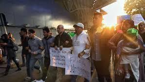 """""""Dispuestos a soportar golpes"""", padres de niños con cáncer acuden a Palacio Nacional"""