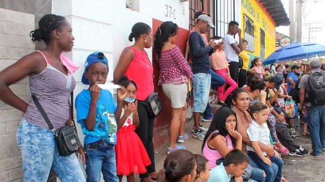 Policía mexicana amenaza a migrantes con separar a padres de sus hijos en Ciudad Juárez