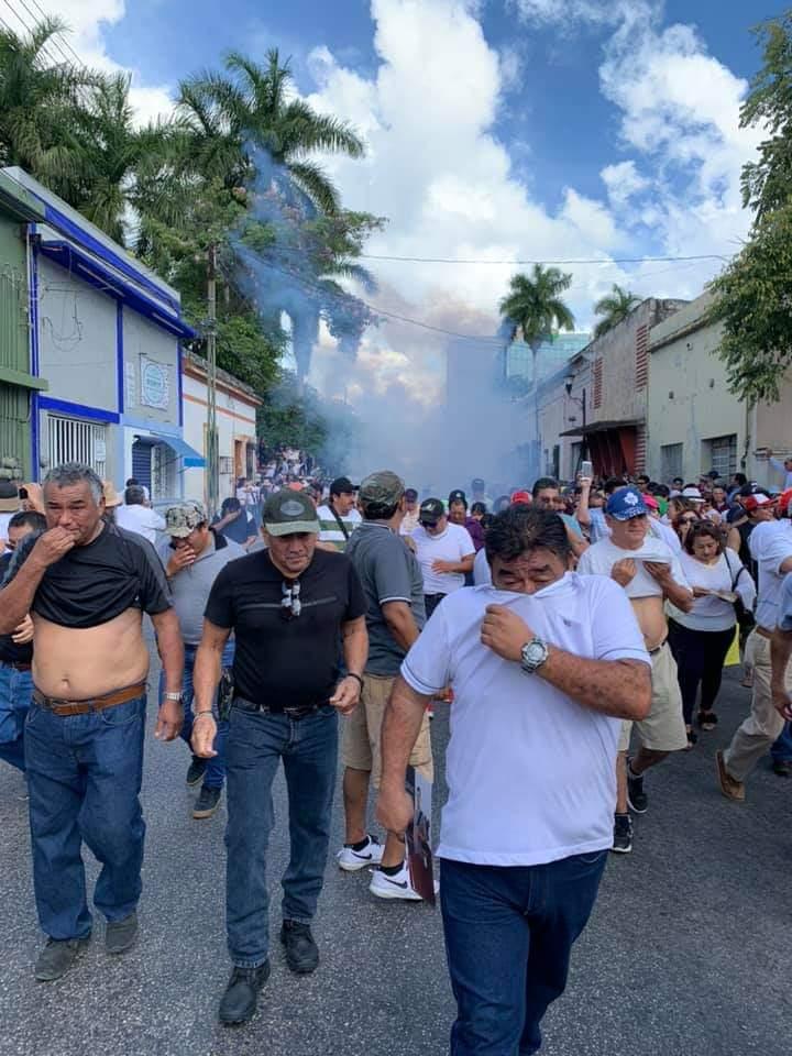 Lanzan gases contra críticos de Vila Dosal: Reportan represión en marchas previas al informe del gobernador yucateco