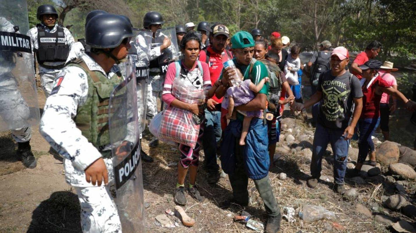 Confunden a estudiante mexicana con migrantes y la detienen (Tabasco)
