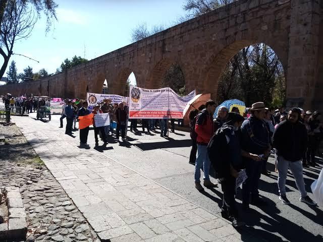 Marchan sindicados en Morelia en demanda de sus pagos atrasados