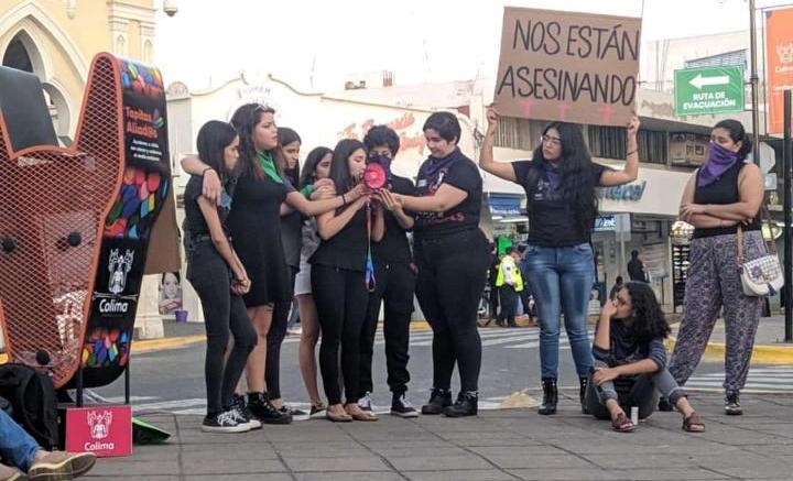 Exhiben feministas fotos de agresores en el Jardín Libertad (Colima)