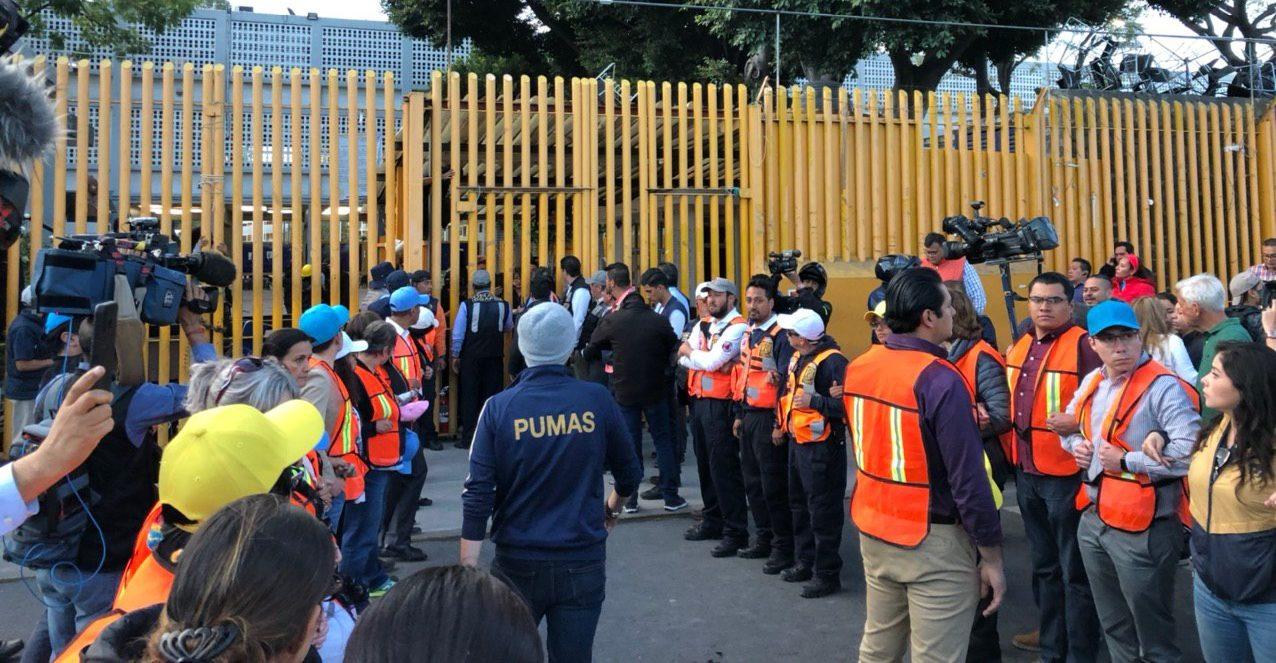 Estudiantes y padres hacen segundo intento para reabrir la Prepa 9, pero la escuela sigue cerrada (Ciudad de México)