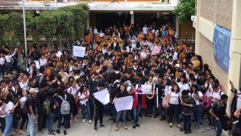 Alumnos de la UADY protestan maquillados por caso de homofobia