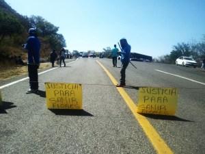 Con bloqueo carretero, exigen justicia por Samir Flores (Oaxaca)
