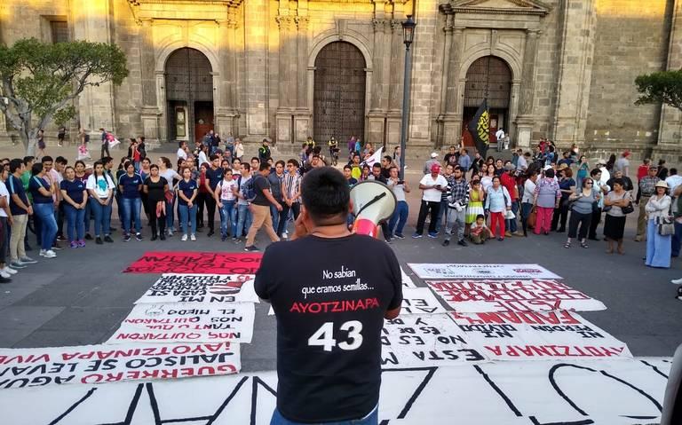 Marchan por los 43 de Ayotzinapa en Guadalajara