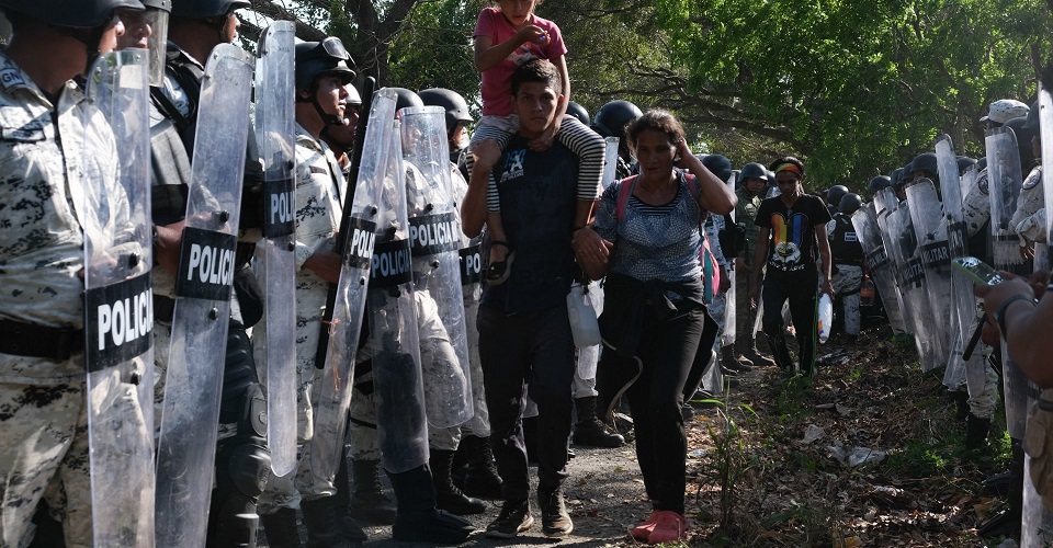 México ofrece refugio, pero impide que migrantes hablen con la institución que regula el asilo