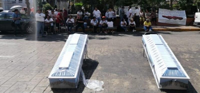 Con ataúdes, jubilados de Pemex protestan contra AMLO (Yucatán)