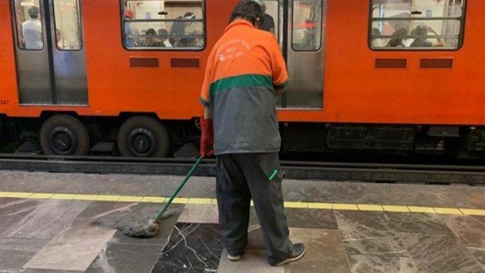Pese a pandemia, trabajadores de la tercera edad, los encargados de limpiar el metro (Ciudad de México)