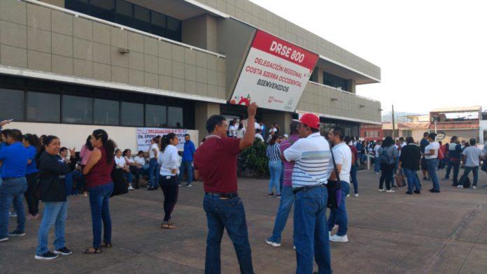 Maestros de la Costa Norte de Jalisco protestan en la DRSE por la falta de pago