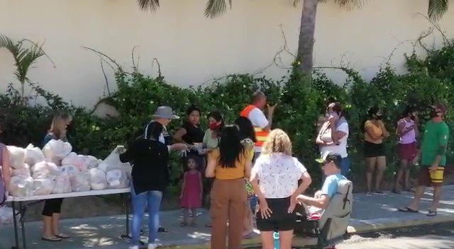 Extranjeros solidarios reparten despensas a vecinos de El Anclote (Nayarit)