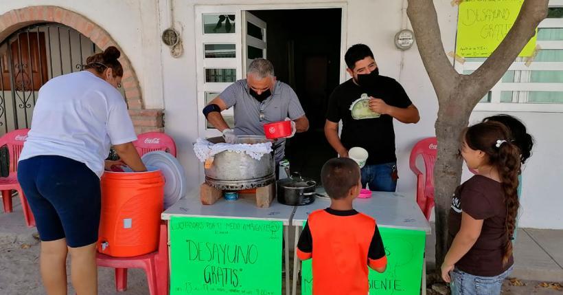 Colectivo Luchadores por el medio ambiente brinda desayunos a familias de Ixtapa (Jalisco)