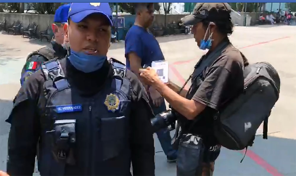 POLICÍAS AGREDEN A PERIODISTAS QUE DOCUMENTABAN AFUERA DEL HOSPITAL LA RAZA (Ciudad de México)