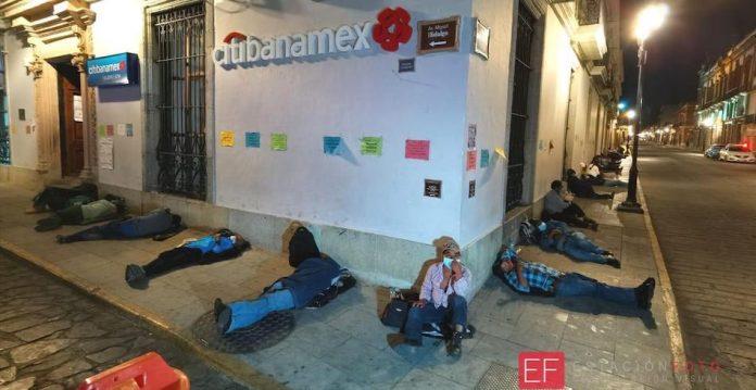 Por cobrar apoyo federal para el campo, en condiciones inhumanas duermen en la calle ancianos, mujeres e infantes (Oaxaca)