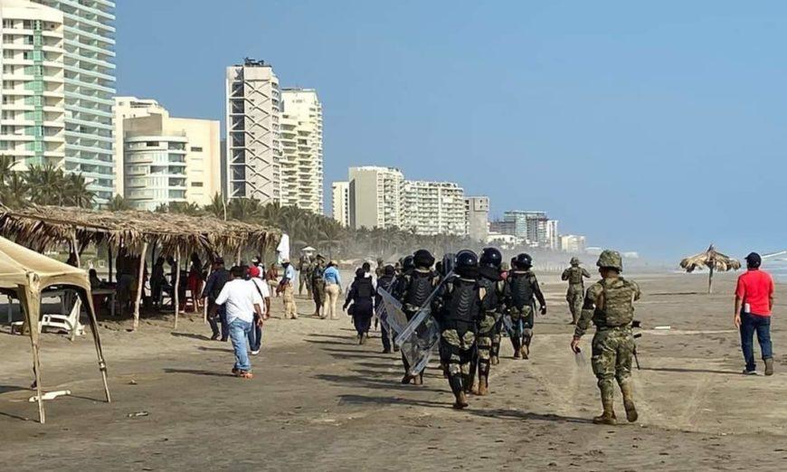 Marinos desalojan a turistas de playas de Acapulco (Guerrero)