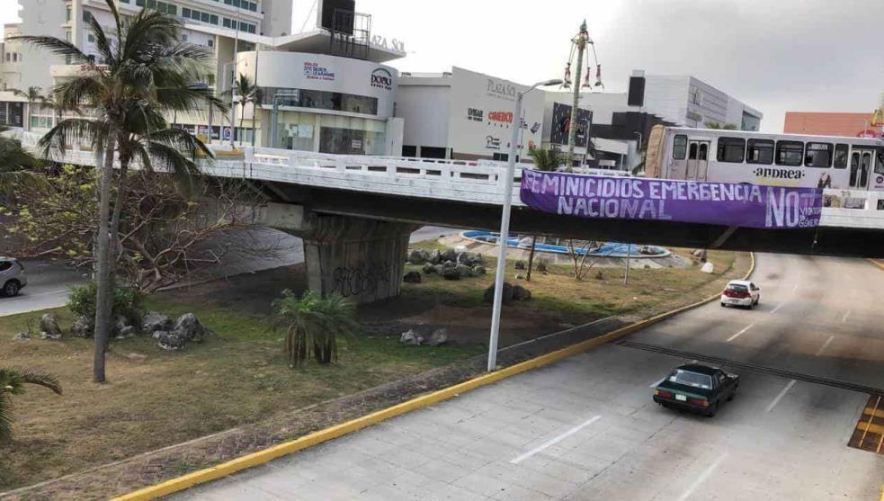 """""""Feminicidios emergencia nacional""""; colocan manta contra la violencia (Veracruz)"""
