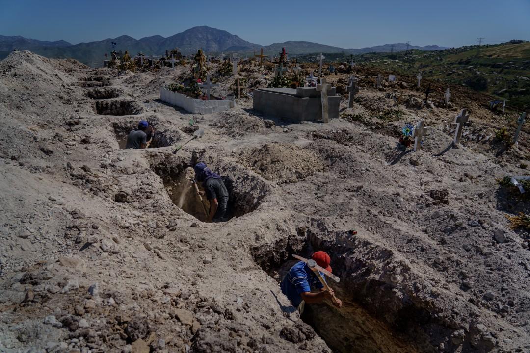 Estos trabajadores entierran a las víctimas del coronavirus en un abarrotado cementerio público de Tijuana  (Baja California)