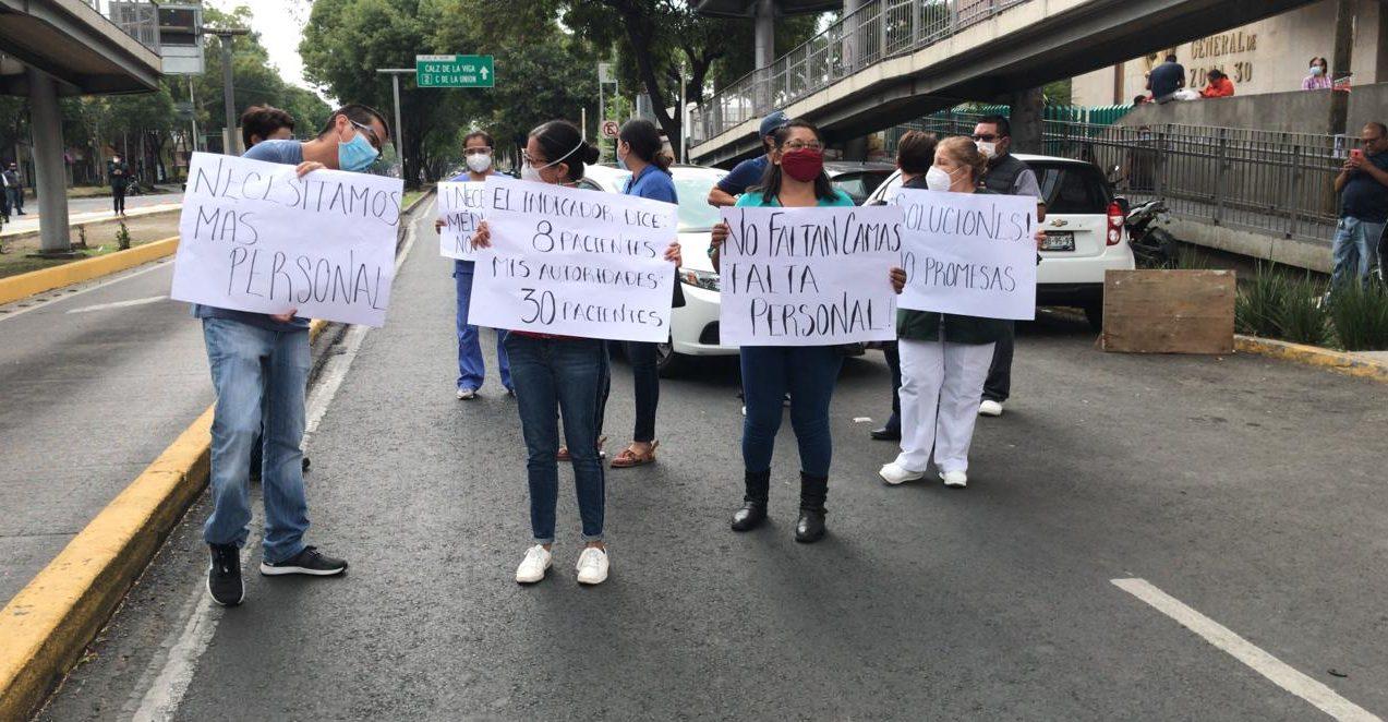 Doctores del Hospital de Iztacalco cierran avenida en protesta por falta de personal; amagan con ir a paro (Ciudad de México)