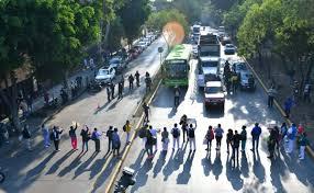 Personal del hospital La Raza rechaza levantar bloqueo en Circuito Interior (Ciudad de México)