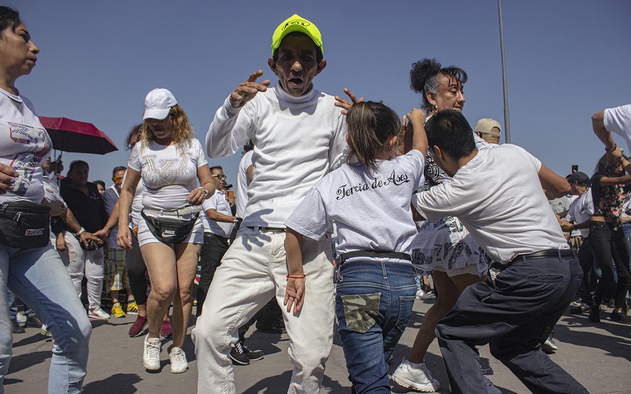 Arman baile en el Zócalo en defensa de los sonideros (Ciudad de México)