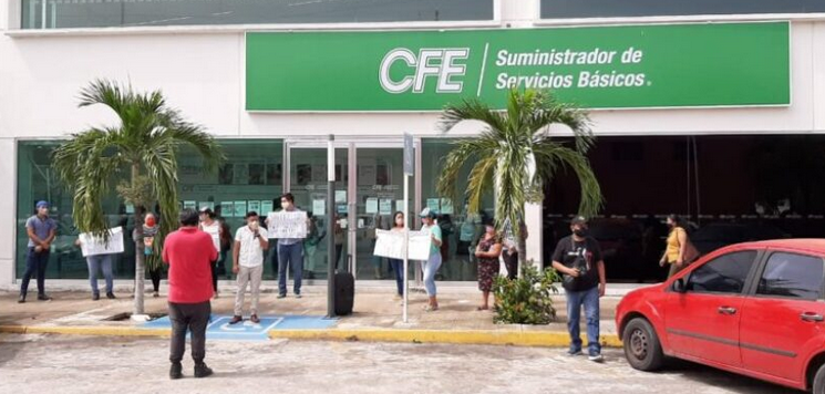 Estudiantes se manifiestan contra altos cobros de CFE en Chetumal
