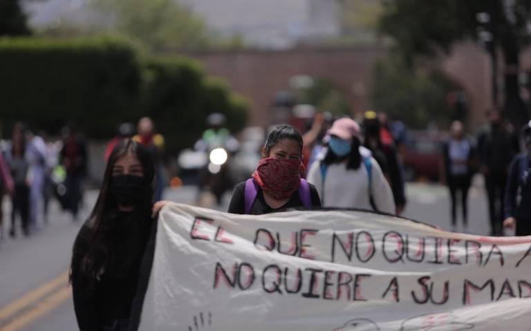 Normalistas se manifiestan durante sesión ordinaria del Congreso de Michoacán