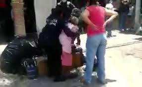 POLICÍAS FORCEJEAN CON ANCIANA QUE NO USABA CUBREBOCAS EN QUERÉTARO