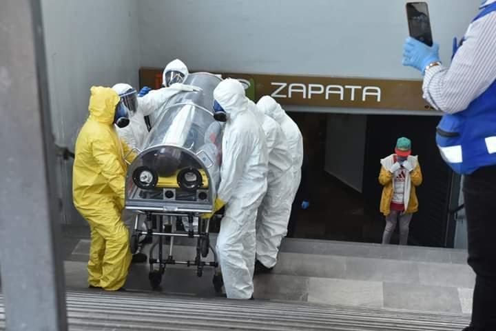 Van dos pasajeros que son encapsulados y retirados del Metro (Ciudad de México)