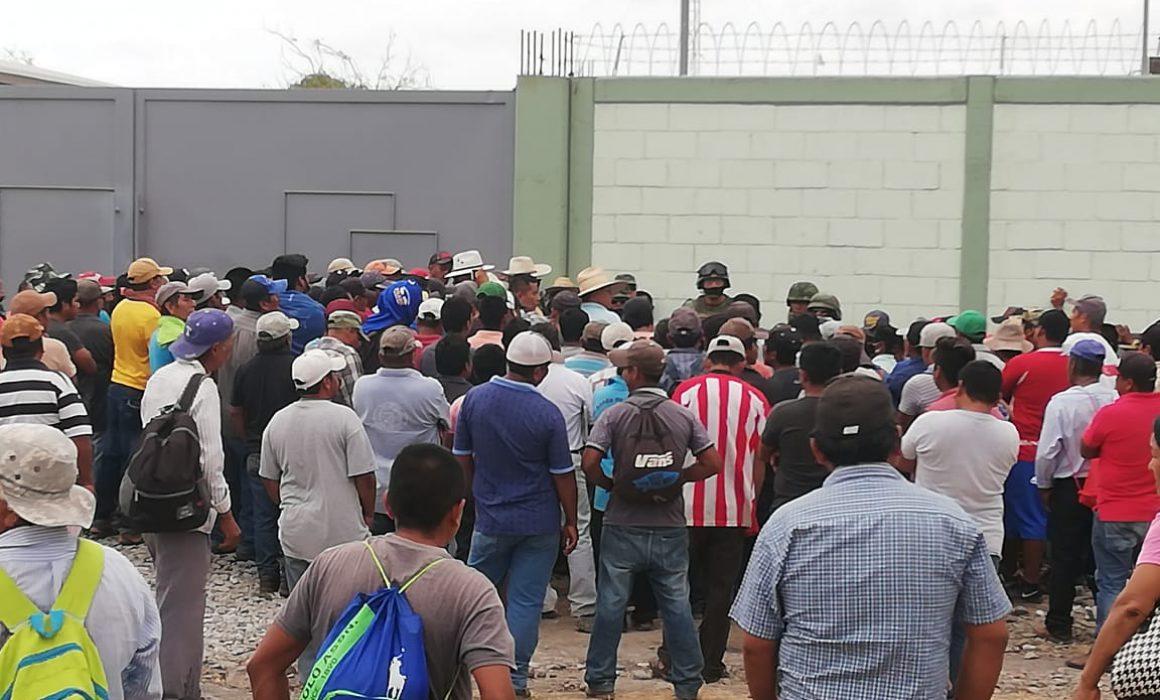 Realiza Ostula protesta pacífica en base de Sedena en Coahuayana (Michoacán)