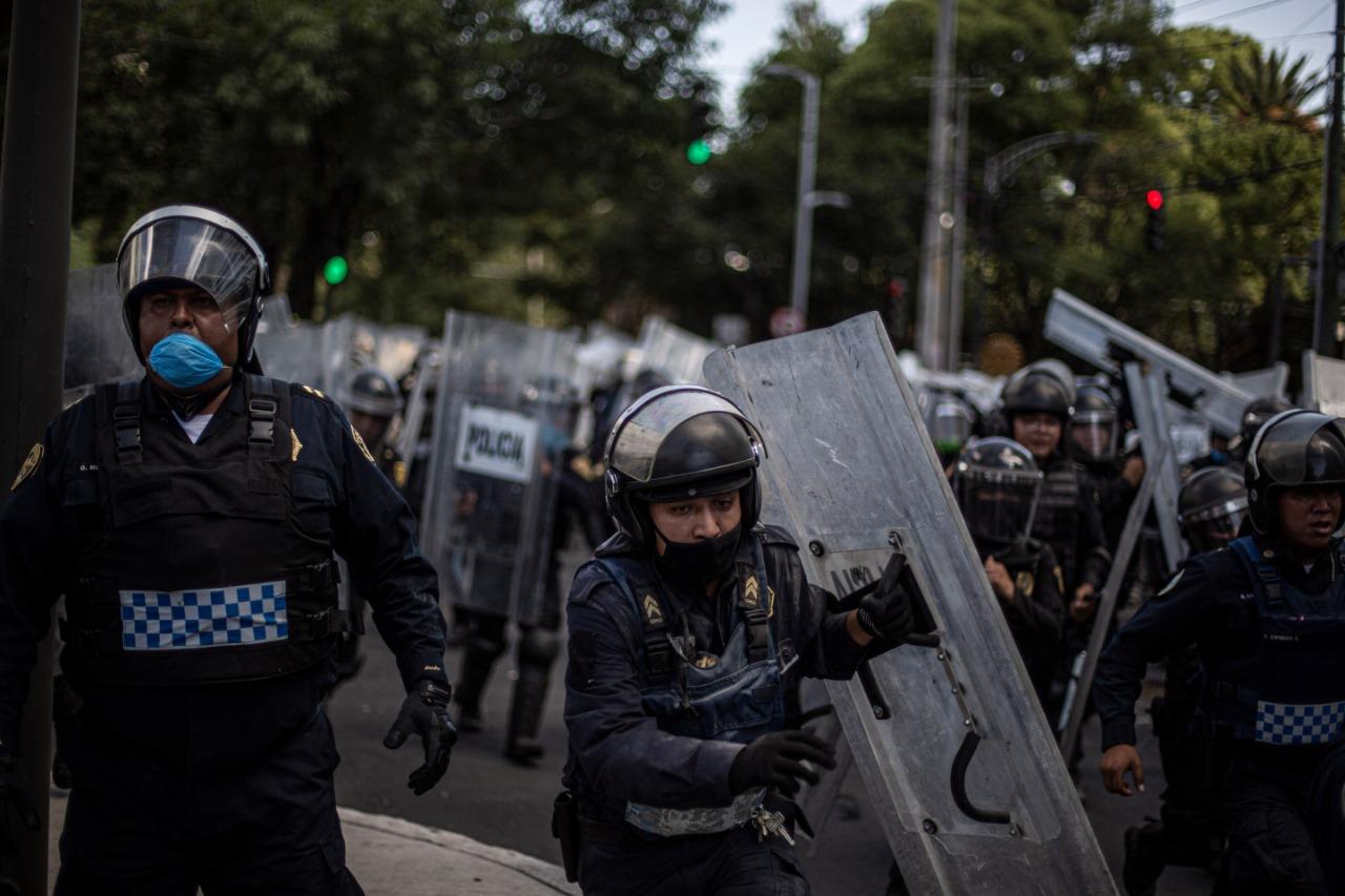 Abuso policial contra adolescente en protesta de CDMX; detienen a dos policías