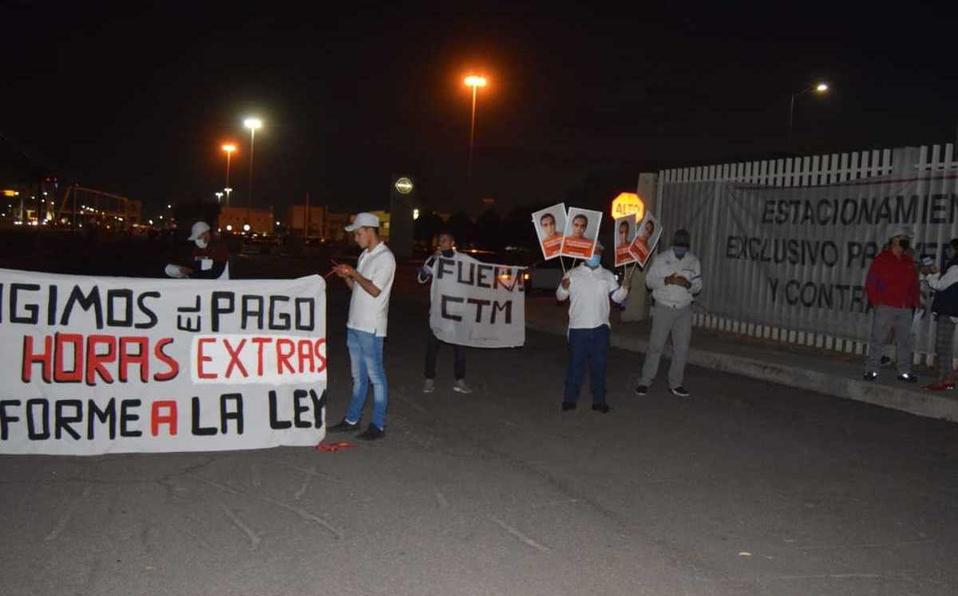 Trabajadores y ex empleados protestan en planta de Nissan, en Aguascalientes