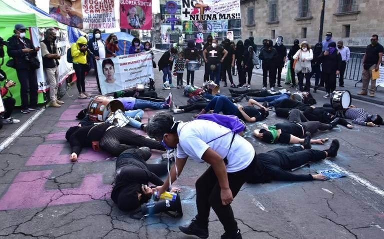 Familiares de desaparecidos protestan frente a Palacio Nacional