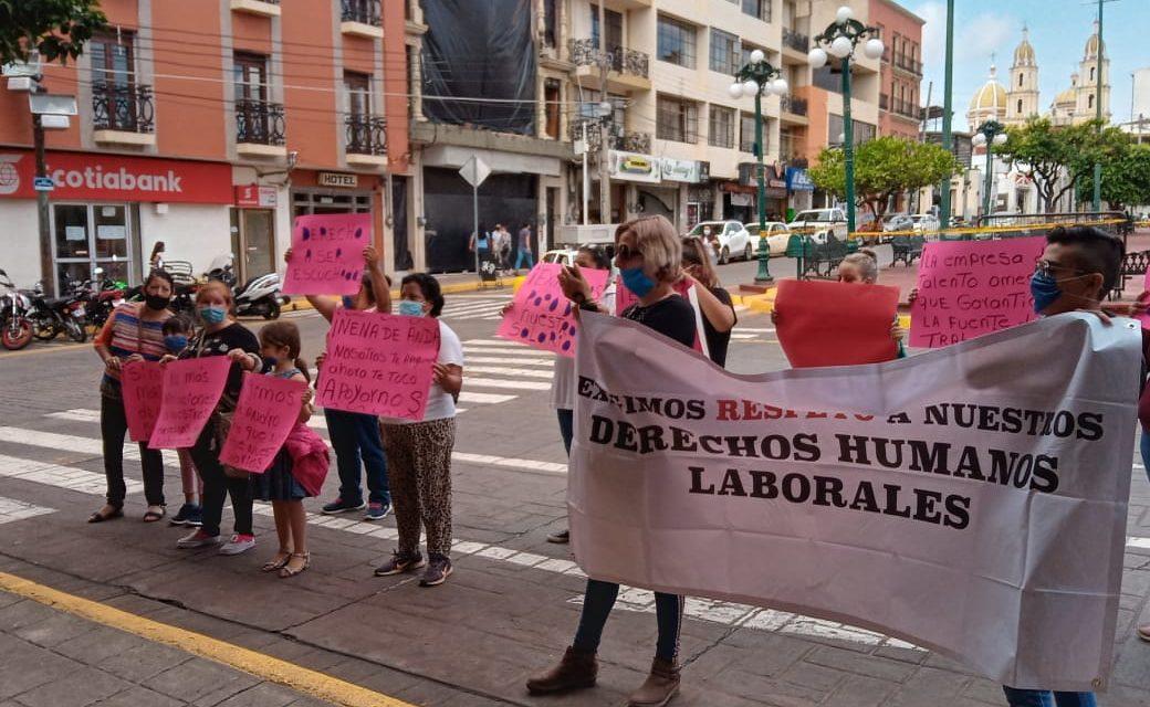 """""""Exigimos que nos paguen nuestro salario"""" trabajadoras de maquila André Badi se manifiestan afuera de la presidencia municipal de Tepatitlán (Jalisco)"""